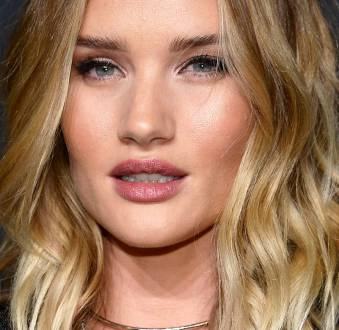4 truques de Rosie Huntington-Whiteley para turbinar a maquiagem do dia a dia