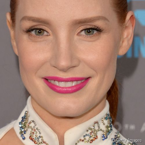 Para prestigiar o Critics' Choice Movie Awards de 2015, Jessica Chastain escolheu um batom fúcsia que se destacou na make