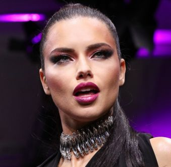 Adriana Lima desfila para Maybelline NY na Berlin Fashion Week: veja o look da modelo e confira as trends do evento