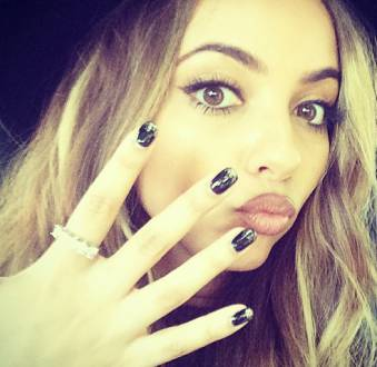 As unhas de Jade Thirlwall: nail arts e cores vibrantes são as preferências da cantora do Little Mix