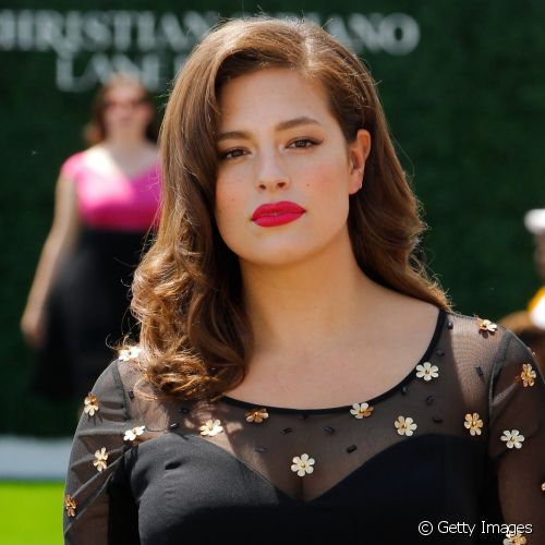 Ashley Graham desfilou pela Christian Siriano x Lane Bryant Collection com batom melancia nos lábios
