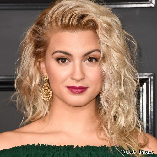 Tori Kelly apostou no batom rosa com fundo roxo para o Grammy Awards 2017 (Foto: Getty Images)