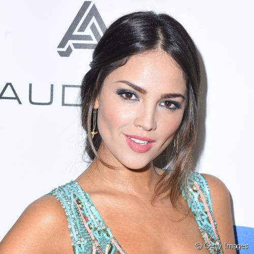 Elza Gonzales fez uma make colorida para o Grammy Awards, com sombra azul e batom rosa (Foto: Getty Images)