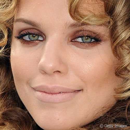 "AnnaLynne realçou os olhos com esfumado de sombra bronze ao redor das pálpebras para conferir a première do filme ""IRIS - A Journey Through the World of Cinema by Cirque du Soleil"", em setembro de 2011"