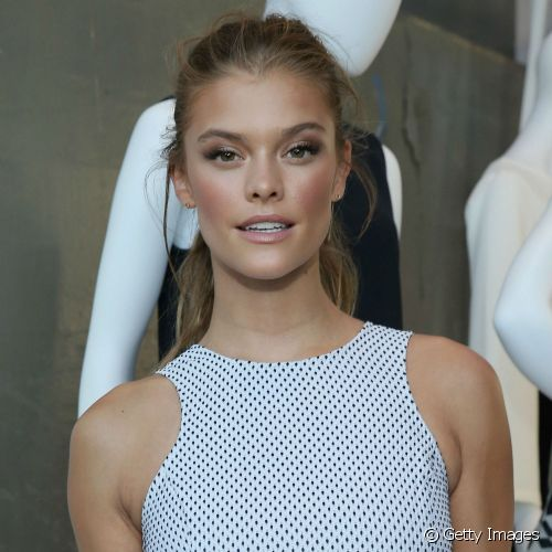 A top Nina Agdal apostou na pele super bronzeada para prestigiar o evento 'StyleWatch x Revolve Fall Fashion Party'
