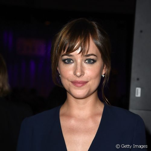 Dakota Johnson investiu em olhos contornados para marcar presença no coquetel da '  Hollywood Foreign Press Association'