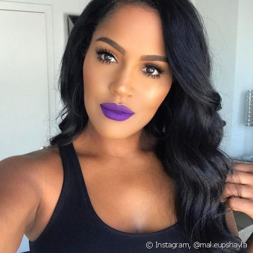 O batom roxo é descontraído como as sagitarianas (Foto: Instagram @makeupshayla)