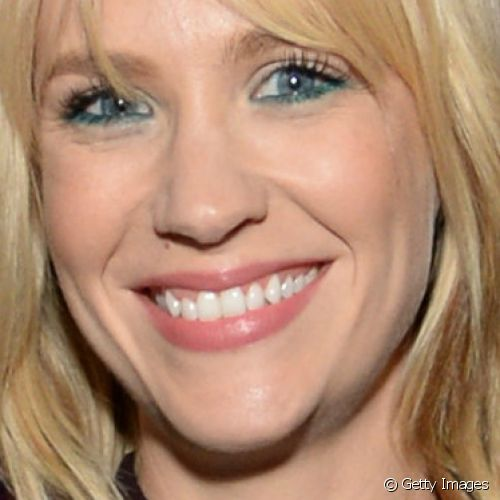 January Jones realçou os olhos claros com lápis azul aplicados rente aos cílios inferiores para comparecer ao Restoration Hardware West Hollywood The Gallery