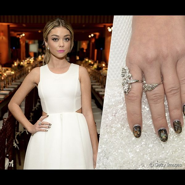 "Para o evento ""ELLE's Annual Women in Television Celebration""ELLE's Annual Women in Television Celebration"", a atriz Sarah Hyland investiu em uma nail art rajada com tons metálicos"
