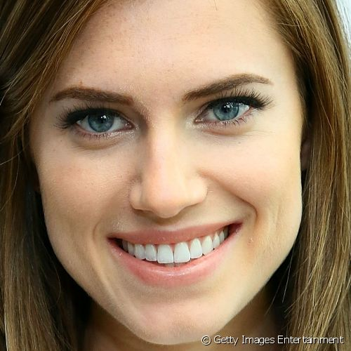 Allison Williams usou maquiagem nude no evento Marie Claire's Power Lunch