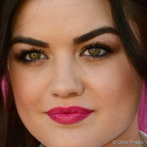 No Kids Choice Awards, Lucy Hale mostrou um visual divertido com batom cereja