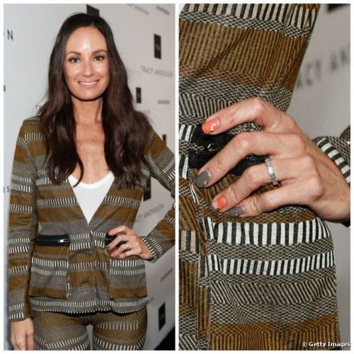 Catt Sadler preferiu brincar com as cores do look e alegrou com tom laranja nas nail arts