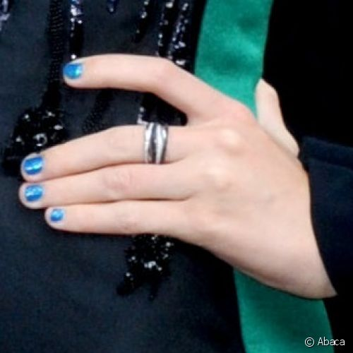 Taylor Swift decorou as unhas com esmalte azul cobalto com acabamento metalizado para participar do programa The Late Show with David Letterman