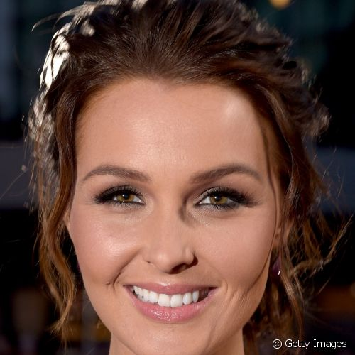 No People's Choice Awards 2015, Camilla Luddington conseguiu um look glam com a sombra nude metalizada e o batom rosinha de acabamento glossy
