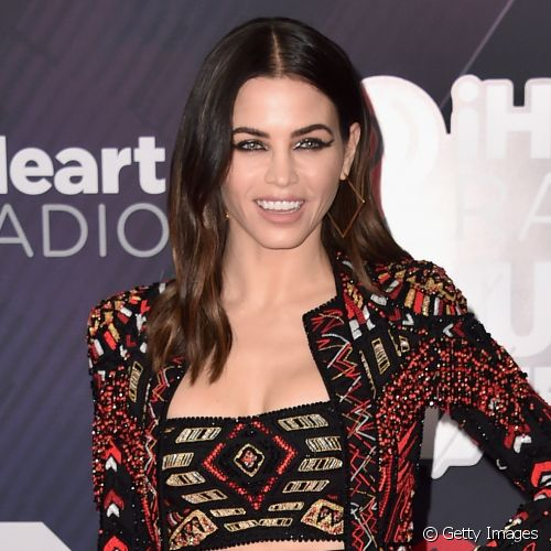 Jenna Dewan-Tatum apostou na sombra metalizada para compor seu look no red carpet da 5ª edição da iHeart Music Radio Awards (Foto: Getty Images)