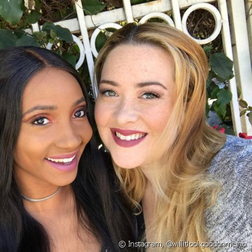 "As amigas Piaget & Michelle, donas do Instagram @willitlookgoodonmetho, testaram o batom Color Sensational ""Brown Blush"", de Maybelline NY, em suas peles clara e negra (Foto: Instagram @willitlookgoodonmetho)"