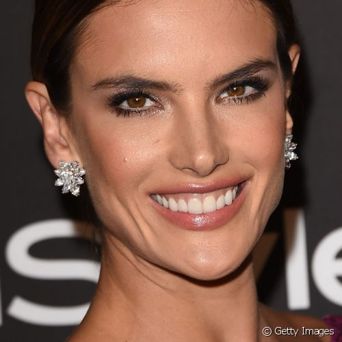 Alessandra Ambrósio realçou os olhos com traçado clássico de delineador e canto interno iluminado para comparecer à festa InStyle And Warner Bros. 72nd Annual Golden Globe Awards Post-Party