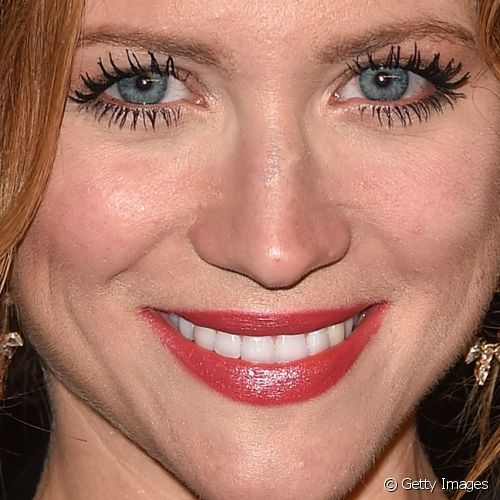 Brittany Snow destacou os olhos com cílios super longos e definidos para a festa InStyle And Warner Bros. 72nd Annual Golden Globe Awards Post-Party