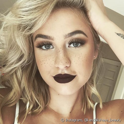 Mesmo com base de alta cobertura, as sardas deixam o look natural (Foto: Instagram @kendallshaye_beauty)