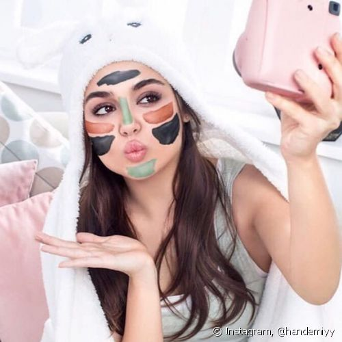 O multimasking deixa as selfies de máscara facial mais alegres e divertidas (Foto: Instagram @handemiyy)