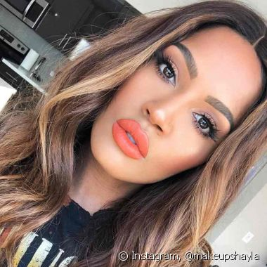O batom laranja no tom Living Coral deixa o look de Natal colorido e divertido (Foto: Instagram @makeupshayla)