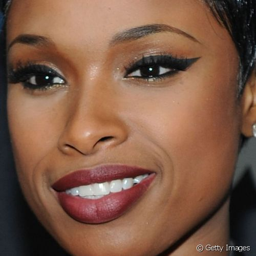 Jennifer Hudson quebrou o impacto do batom vinho com a textura opaca para comparecer ao evento Turn It Up For Change Ball