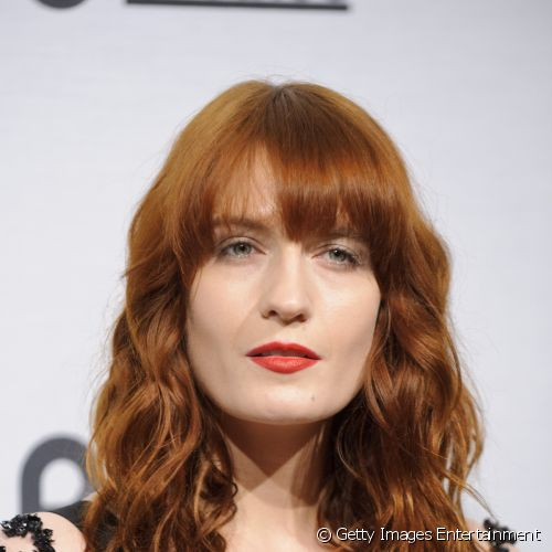 "Com as belas madeixas ruivas, Florence Welch apostou na pele impecável com boca vermelha para o ""Britain Creates 2012: Fashion & Art Collusion"""
