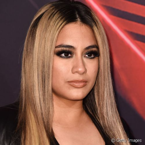 Ally Brooke também apostou no olho preto superesfumado para o  iHeartRadio Music Awards, na Califórnia  (Foto: Getty Images)