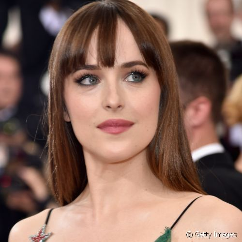 No baile do MET de 2016, Dakota Johnson usou o batom rosa com fundo levemente amarronzado e turbinou a make dos olhos com um suave esfumado marrom na pálpebra móvel e côncavo (Foto: Getty Images)