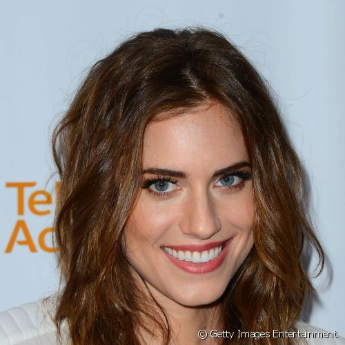 "Para comparecer ao evento The Television Academy Presents An Evening With ""Girls"", Allison Williams destacou a pele, iluminando o centro da testa, as têmporas e o canto interno dos olhos"